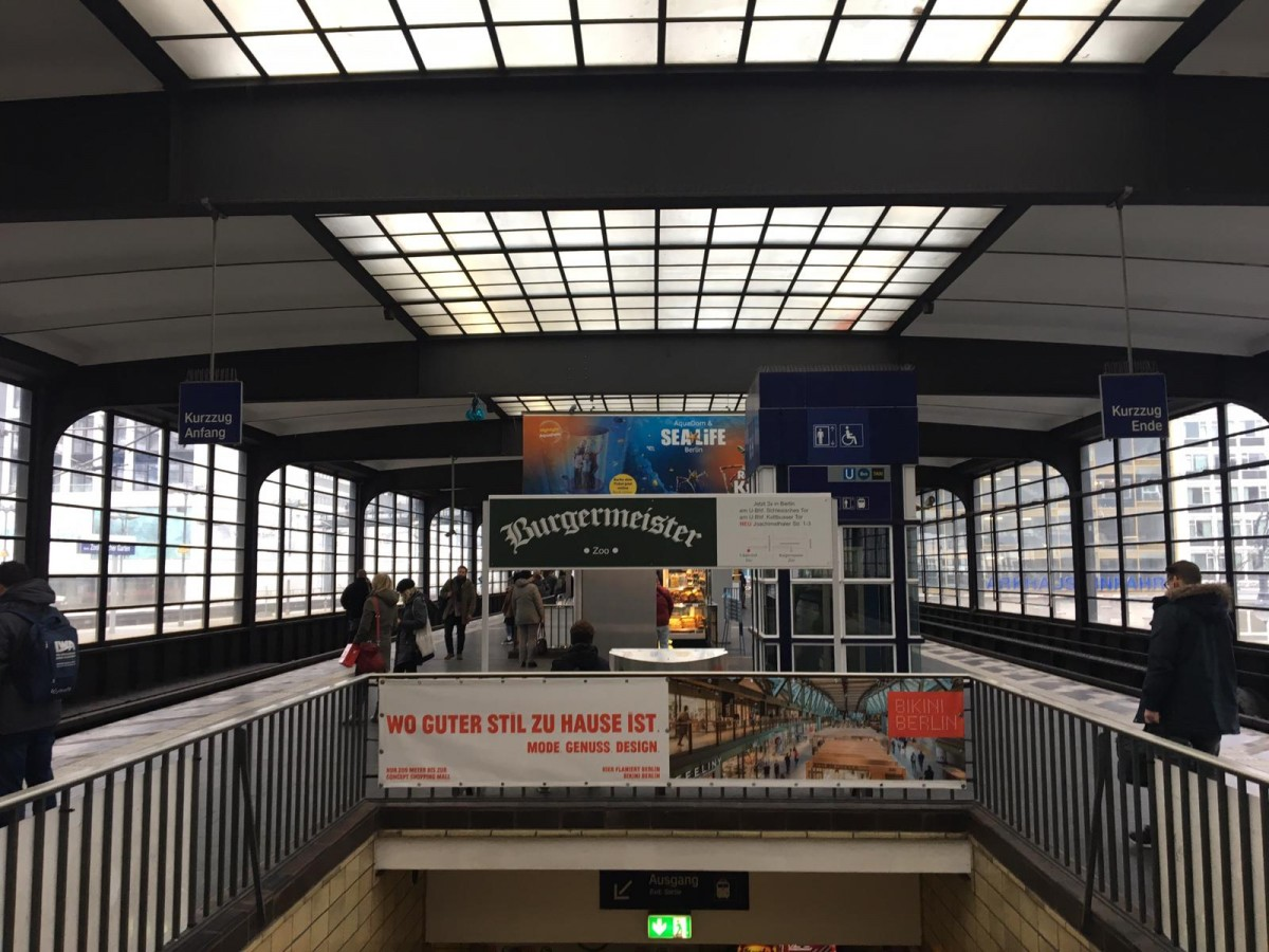 Am Geländer wurde eine Werbeplane befestigt, an der Sitzbank eine bedruckte Aludibondfläche. Im Hintergrund befindet sich das Megaposter SEALIFE.