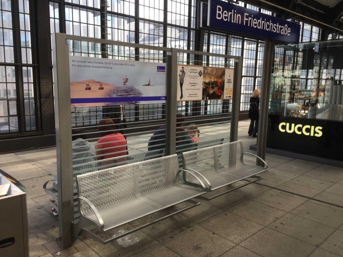 Es stehen Glasflächen zur Verfügung, Größe der einzelnen Werbefläche 1300 x 500 mm, Ausführung mittels Digitaldruckfolie, zusätzlich Schutzlaminat seidenmatt